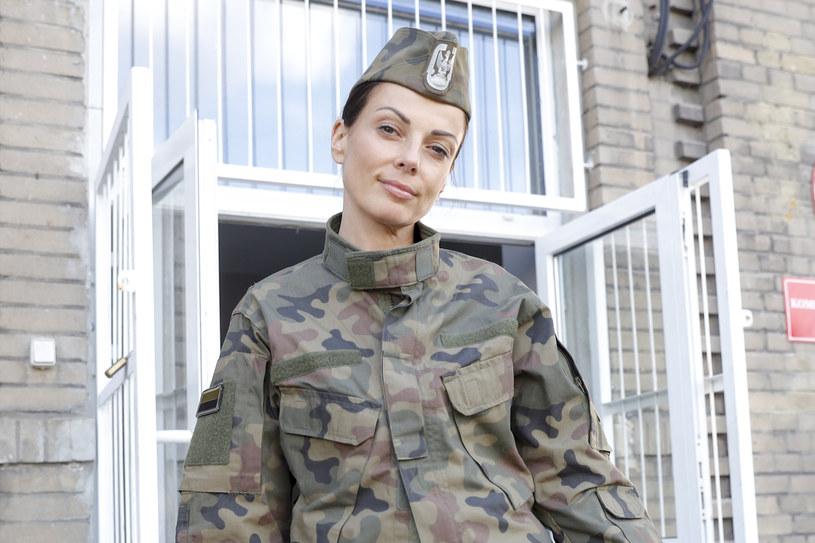 """Katarzyna Glinka zagrała gościnnie w 9. odcinku kryminalno-obyczajowego serialu Polsatu """"Komisarz Mama"""". Aktorkę zobaczymy na ekranie w mundurze, ponieważ zagrała żołnierza w stopniu podpułkownika!"""