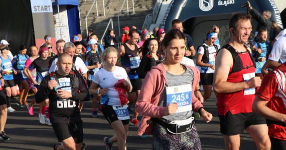 Ponad 8 tysięcy uczestników wzięło udział w trzynastej edycji Silesia Maraton 2021. Zawodnicy startowali na trzech dystansach: ultramaratonu (50 km), maratonu i półmaratonu. Zwycięzcą Silesia Marathonu został - już po raz trzeci - Andrzej Rogiewicz. W sobotę odbył się natomiast Mini Silesia Maraton o Puchar radia RMF FM.