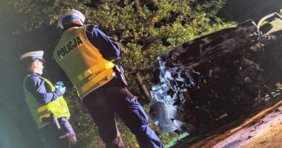 Policjanci z Pszczyny pod nadzorem prokuratury wyjaśniają okoliczności wypadku, do którego doszło w Jankowicach. Zginęło dwóch mężczyzn. Kierujący audi a4 z nieustalonych przyczyn zjechał na przeciwległy pas ruchu i doprowadził do czołowego zderzenia z jadącym z naprzeciwka kierowcą fiata punto