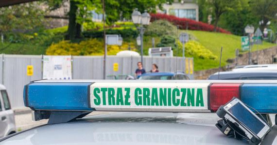 W sobotę na granicy polsko-białoruskiej odnotowano prawie 400 prób jej nielegalnego przekroczenia - poinformowała w niedzielę na Twitterze Straż Graniczna. Funkcjonariusze Straży Granicznej zatrzymali 29 nielegalnych imigrantów.