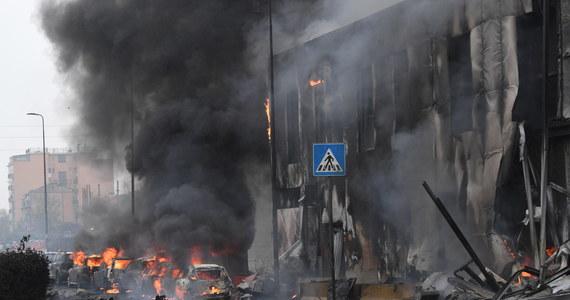 Katastrofa małego prywatnego samolotu na przedmieściach Mediolanu, na północy Włoch. Maszyna uderzyła w budynek. Zginęło 8 osób na pokładzie.
