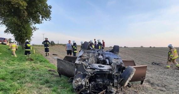 Dwie osoby zostały ranne w wypadku na drodze krajowej nr 11 Kluczbork - Kępno na Opolszczyźnie. W miejscowości Gotartów-Krzywizna samochód osobowy wypadł z jezdni i dachował.