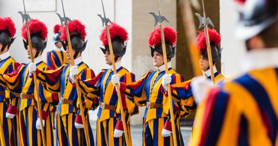 Trzech członków Gwardii Szwajcarskiej zdecydowało się odejść ze służby, którą pełnili w Watykanie. Wszystko dlatego, że członkowie formacji wojskowej, którzy są przy papieżu mają być zaszczepieni przeciwko Covid-19. Rzecznik Gwardii porucznik Urs Breitenmoser potwierdził, że mężczyźni odmówili szczepienia i zaznaczył, że żołnierze odeszli z własnej woli.