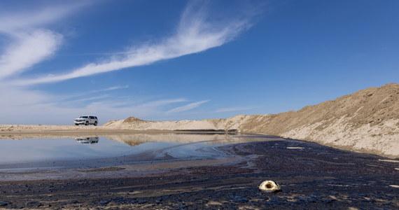 """U wybrzeży południowej Kalifornii na zachodzie USA doszło do wycieku około 3 tys. baryłek ropy. Utworzyła się długą na ponad 10 km plama na oceanie. Na plaży w mieście Huntington Beach znaleziono martwe ptaki i ryby. Burmistrz miasta Kim Carr określiła wydarzenie jako """"potencjalną katastrofę ekologiczną""""."""