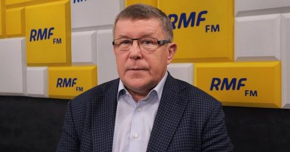 """""""Propozycja Donalda Tuska w Płońsku, aby wpisać do konstytucji zasady wyjścia z Unii Europejskiej zabrzmiała poważnie. Jesteśmy gotowi rozmawiać"""" – powiedział w Porannej rozmowie w RMF FM Zbigniew Kuźmiuk. """"Obawiamy się tylko, że była to zagrywka PR, a w zagrywkach PR-owskich nie chcemy uczestniczyć"""" – dodał europoseł Prawa i Sprawiedliwości. Według gościa Roberta Mazurka """"Donald Tusk chce karać swoich posłów za jakikolwiek kontakt z politykami PiS""""."""