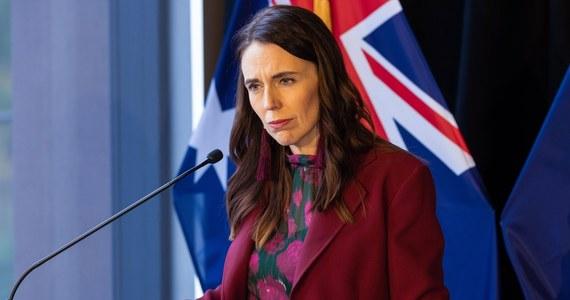 Rząd Jacindy Ardern ogłosił, że kompletne wyeliminowanie koronawirusa jest niemożliwe - poinformowała agencja Associated Press. W związku z tym władze zamierzają łagodzić restrykcje. Nowa Zelandia przez długi czas prowadziła tzw. politykę zero covid, która wiązała się z wprowadzaniem surowych ograniczeń w przypadku wykrycia nowych ognisk zakażeń.