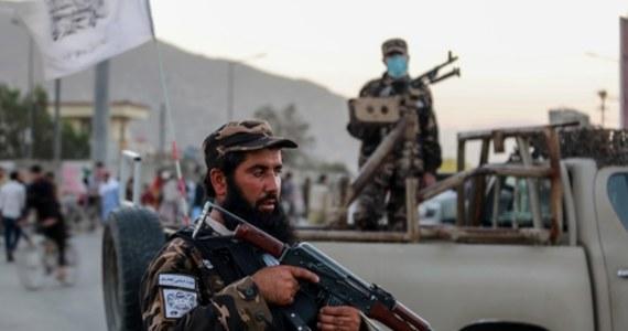 Talibowie, którzy rządzą Afganistanem, przekazali, że ich siły zniszczyły kryjówkę komórki Państwa Islamskiego prowincji Chorasan (IS-Ch) w stolicy kraju. Stało się to po niedzielnym ataku na kabulski meczet Eid Gah - podała agencja Reutera.