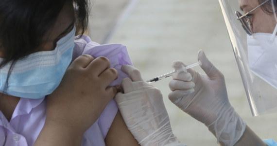 Trzecia dawka szczepionki przeciw koronawirusowi będzie łatwiej dostępna dla kolejnych grup - tak zapowiada w RMF FM szef rządowej Rady Medycznej profesor Andrzej Horban. Niezmienny jednak pozostaje warunek, że można przyjąć najwcześniej pół roku po ostatnim szczepieniu przeciw Covid-19.