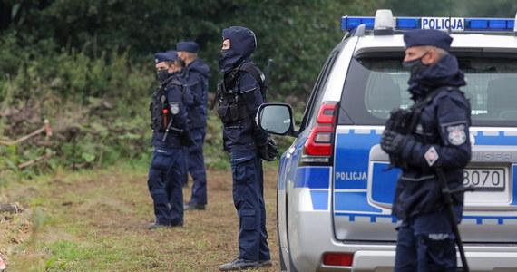 Podlaska policja wyjaśnia okoliczności przewozu imigrantów w samochodach. Pojazdy zostały zatrzymane w Białymstoku i powiecie siemiatyckim. Straży Granicznej przekazano w sumie 25 osób. Kierowcy z kolei odpowiedzą za pomoc w organizowaniu nielegalnego przekraczania granicy.