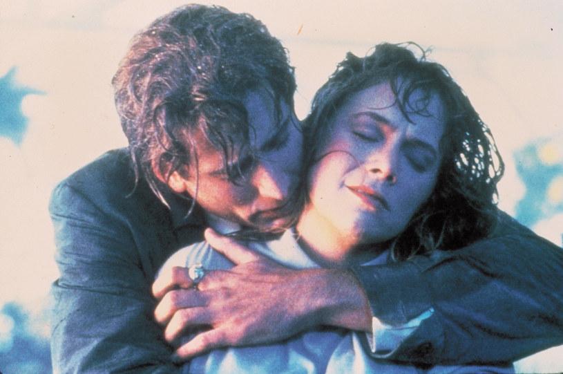 """Wpisujący się w nurt nostalgii za przełomem lat pięćdziesiątych i sześćdziesiątych XX wieku film """"Peggy Sue wyszła za mąż"""" Francisa Forda Coppoli okazał się jednym z największych sukcesów w karierze Kathleen Turner. Jednak na planie aktorka pozostawała w otwartym konflikcie z Nicolasem Cage'em, który wcielał się w jej ekranowego partnera. Negatywne emocje między nimi utrzymywały się przez długi czas po zakończeniu produkcji. 5 października 2021 roku minęło 35 lat od premiery filmu."""