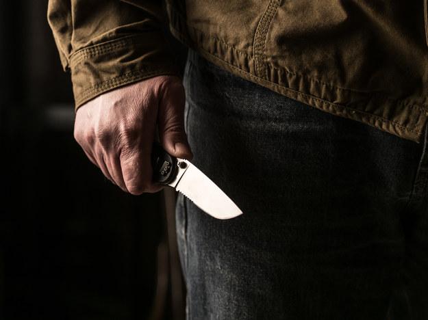 Ugodził syna nożem w brzuch, bo ten miał nałożyć sobie za dużo kiełbasy. Jest akt oskarżenia