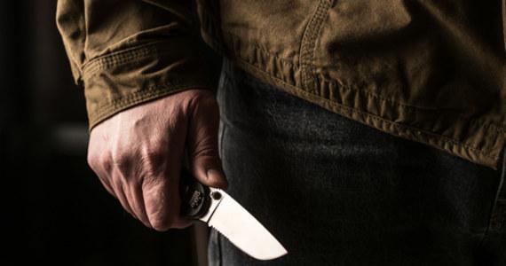 Częstochowska prokuratura przesłała do sądu akt oskarżenia przeciwko Arturowi B. z gminy Mykanów (Śląskie), który odpowie za usiłowanie zabicia 19-letniego syna. Młody mężczyzna w lutym br. trafił do szpitala z nożem wbitym w brzuch, przeżył tylko dzięki interwencji lekarzy.