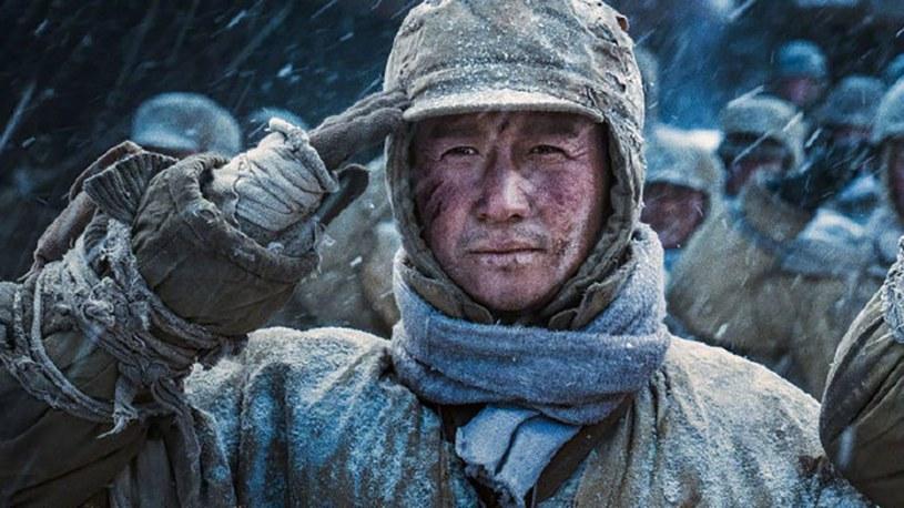 """Dawno już światowe kina nie świeciły takich sukcesów kasowych jak w miniony weekend. To jednak nie najnowszy film o Jamesie Bondzie przyniósł największe zyski, ale chińskie widowisko """"Battle of Lake Changjin"""", które w tamtejszych multipleksach zarobiło niemal dwa razy więcej niż """"Nie czas umierać""""."""