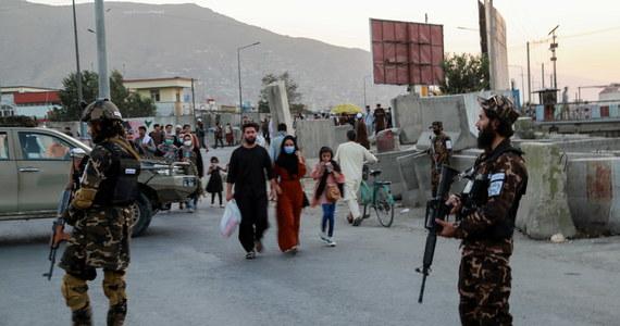"""System opieki zdrowotnej Afganistanu, który po przejęciu władzy w kraju przez talibów utracił dostęp do niezbędnej pomocy zagranicznej, znalazł się na skraju przepaści - informuje podaje France 24. """"Brakuje nam wszystkiego. Potrzebujemy dwa razy więcej sprzętu, leków i personelu"""" - powiedział Mohamad Sidiq, ordynator oddziału pediatrycznego szpitala w położonym na południu kraju Kandaharze."""