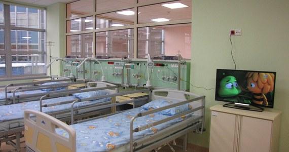 Złożenie wypowiedzeń przez 26 lekarzy specjalistów w Uniwersyteckim Szpitalu Dziecięcym w Krakowie-Prokocimiu oznacza, że na początku roku pracę wstrzyma część oddziałów – wynika z informacji przekazanych w poniedziałek przez Ogólnopolski Związek Zawodowy Lekarzy (OZZL).