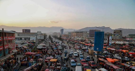 """W Afganistanie zaczyna się zima, która zazwyczaj jest bardzo surowa w tym kraju. Kabul może zostać bez prądu, ponieważ talibowie nie płacą rachunków za energię elektryczną dostawcom z krajów Azji Środkowej - podał dziennik """"Businness Standard""""."""