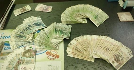 Policjanci z Piły (woj. wielkopolskie) zakończyli sprawę kradzieży 12 pojazdów o wartości ponad 2 mln zł. Do kradzieży dochodziło na terenie całej Polski na przełomie 2019 i 2020 roku. W sprawie zatrzymano łącznie trzy osoby, którym przedstawiono ponad 30 zarzutów.