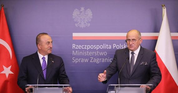 Minister spraw zagranicznych Turcji zaproponował pomoc w sprawie nielegalnej migracji obywateli państw arabskich z Białorusi; pomoc ta będzie sprowadzać się do współpracy naszych wywiadów, wspólnego rozpoznania zagrożeń i kanałów przerzutów - powiedział na konferencji prasowej szef MSZ Zbigniew Rau.