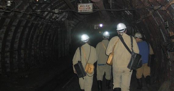 """Komisja Europejska nie mówi """"nie"""" w sprawie umowy społecznej dotyczącej górnictwa. Dokument podpisany w maju przez związkowców i rząd zakłada stopniową likwidację branży do 2049 roku. Górnictwo ma być do tego czasu subsydiowane i na to musi zgodzić się Komisja Europejska. Wiceminister aktywów państwowych Artur Soboń przekazał dziś związkom informacje o postępach rozmów ze stroną unijną."""