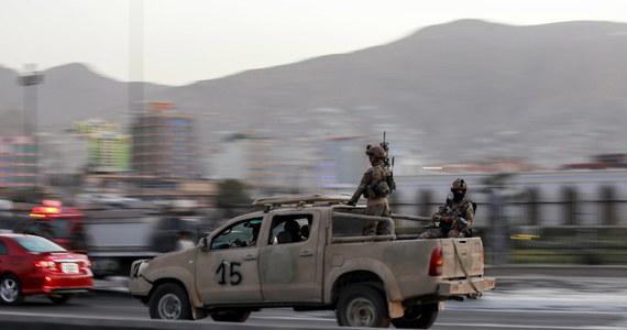 Tzw. Państwo Islamskie (IS) bierze na siebie odpowiedzialność za przeprowadzenie niedzielnego zamachu w pobliżu drugiego co do wielkości meczetu w Kabulu, Eid Gah - podała ta dżihadystyczna organizacja w komunikatorze Telegram. W ataku zginęło osiem osób.
