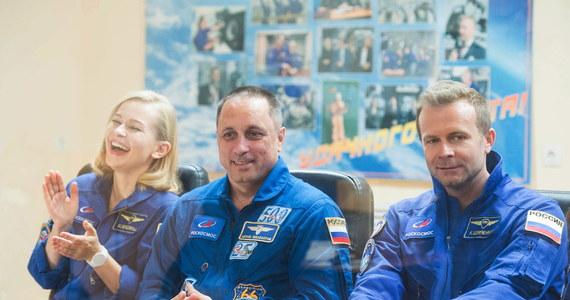 Z kosmodromu Bajkonur w Kazachstanie wystartuje statek Sojuz-2.1a, który dostarczy na Międzynarodową Stację Kosmiczną (ISS) dwuosobową rosyjską ekipę filmową. Aktorka Julia Peresild i reżyser Klim Szypienko nagrywać będą sceny do pierwszego w historii filmu fabularnego, kręconego w przestrzeni kosmicznej.