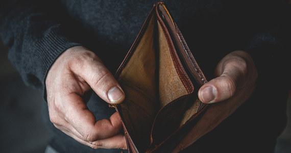Polacy poniżej 35. roku życia są zadłużeni na 6 mld zł; w ciągu ostatniego roku pandemii ich nieuregulowane zobowiązania wzrosły o 0,5 mld zł, zwiększyła się też liczba dłużników - wynika danych Krajowego Rejestru Długów.