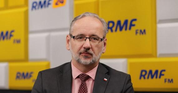 """""""Rozumiem pomysł możliwości odwiedzania szpitali tylko przez zaszczepionych, który jest formułowany z perspektywy eksperckiej. Na pewno on w zdecydowanym stopniu zabezpieczyłby funkcjonowanie szpitali. Z drugiej strony jest to pomysł abstrakcyjny"""" - powiedział w Porannej rozmowie w RMF FM Adam Niedzielski. Minister zdrowia zaznaczył, iż """"nie może być tak, że osoba, która potrzebuje pomocy jej nie otrzymuje""""."""
