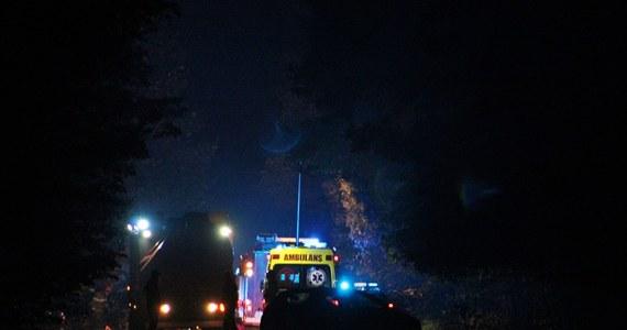 41-letni pasażer seata zginął w wypadku, do którego doszło w nocy w Tychach. Chwilę wcześniej kierowca auta nie zatrzymał się do kontroli i uciekał przed policjantami. Samochód wypadł z drogi i uderzył w drzewo.