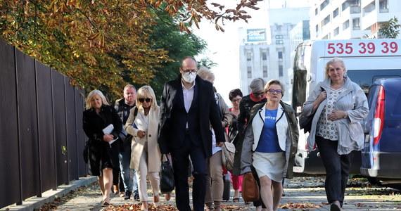 Już po raz piąty w Centrum Dialogu w Warszawie przedstawiciele resortu zdrowia rozmawiają z protestującymi medykami. To negocjacje przedostatniej szansy. Przedstawiciele komitetu strajkowego powiedzieli przed wejściem do budynku, że resort jeszcze nie odniósł się konkretnie do ich postulatów. Spotkanie trwa już od ponad czterech godzin.