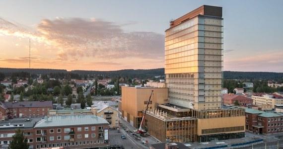 W Szwecji otwarto uroczyście drewniany drapacz chmur. Nie jest tak wysoki jak najwyższe wieżowce świata, ale ze swoimi 20 poziomami może sięgnąć nisko zawieszonych chmur, o które nietrudno w położonym niedaleko od koła podbiegunowego Skellefteå.
