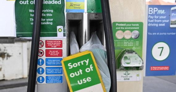 """Tylko 27 kierowców z krajów Unii Europejskiej zaaplikowało dotychczas o tymczasową wizę pracowniczą w Wielkiej Brytanii, by rozwozić paliwo - taką informacje podaje dziennik """"The Times"""". Kraj ten ma problemy z zaopatrzeniem stacji benzynowych już od 10 dniu."""