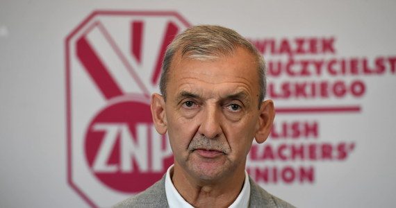 """""""Związek Nauczycielstwa Polskiego decyzją Zarządu Głównego postanowił w najbliższą sobotę zorganizować manifestację, która ma być wyrazem naszej dezaprobaty dla tego, co dzieje się w sferze polityki edukacyjnej, a przede wszystkim wyrazem walki o demokratyczną szkołę, o godne płace nauczycieli, o to wszystko, co służy poprawie prestiżu zawodowego nauczyciela"""" – poinformował prezes ZNP Sławomir Broniarz. Jak dowiedział się reporter RMF FM Maciej Sztykiel, do protestu nie dołączy oświatowa """"Solidarność""""."""