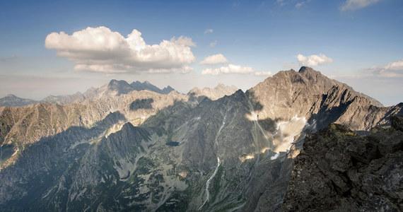 Uwaga, silny halny wieje w Tatrach - osiągający w porywach prędkość 115 km/h. TOPR ostrzega, że mocny wiatr może utrudniać poruszanie się, zwłaszcza powyżej górnej granicy lasu.