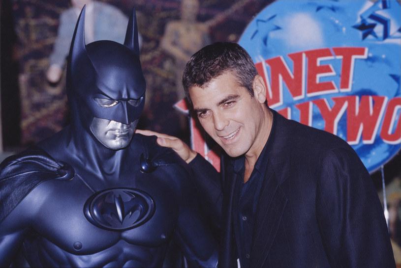 """Od dawna wiadomo, że w superprodukcji """"The Flash"""" w postać Batmana wcielą się w Ben Affleck i Michael Keaton, czyli aktorzy, którzy już go kiedyś zagrali. W filmie nie znalazło się jednak miejsce dla innego Człowieka-Nietoperza, George'a Clooneya. Popularny aktor i reżyser tłumaczy, dlaczego go pominięto."""
