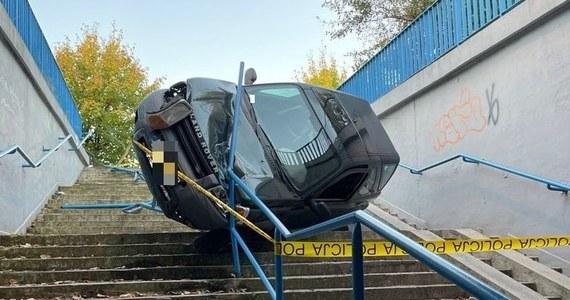 Do niecodziennej kolizji doszło w nocy z poniedziałku na wtorek w Olkuszu. Kierująca land roverem kobieta zjechała do przejścia podziemnego. Auto zatrzymało się na barierkach.