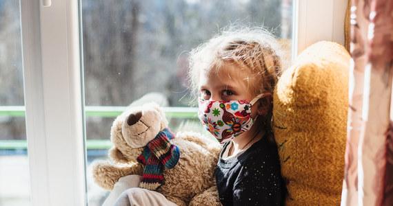 """W USA od początku pandemii Covid-19 ponad 5,7 mln dzieci zostało zakażonych koronawirusem. W sierpniu po raz pierwszy liczba infekcji wśród nich była wyższa niż wśród dorosłych - podał """"Washington Post"""" powołując się na Amerykańską Akademię Pediatrii."""