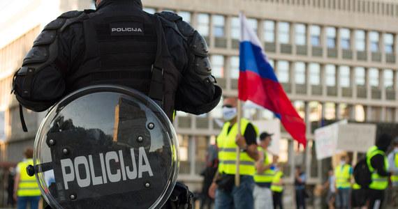 Tysiące osób protestowało w stolicy Słowenii, Lublanie, przeciwko restrykcjom pandemicznym i polityce zdrowotnej rządu. Jak podała słoweńska agencja STA, policja użyła przeciwko demonstrantom gazu łzawiącego i armatek wodnych.