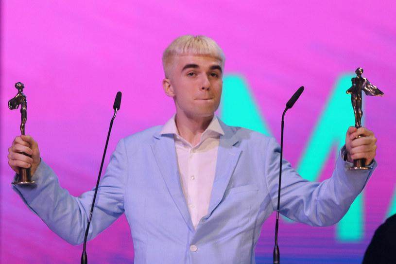 """Ok. 40-tysięczny tłum na koncercie na lotnisku Bemowo, to nie koniec sukcesów Maty. Drugi album rapera, """"Młody Matczak"""", bije też rekordy w serwisach streamingowych. Ile materiał zdobył odsłuchów w ciągu pierwszej doby od premiery?"""