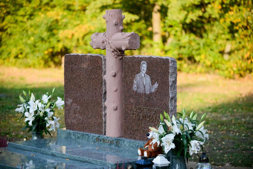 Pół roku po śmierci Krzysztofa Krawczyka na jego grobie pojawił się pomnik. Wdowa po wokaliście, Ewa Krawczyk, zdecydowała się na podwójny nagrobek. Jej wyznanie wyciska łzy.