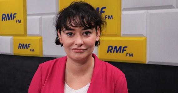"""""""Nie mamy w tej chwili możliwości, żeby pomóc osobom, którym rzeczywiście należy się status uchodźców. Ośrodki w Dębaku i w Lesznowoli są naprawdę w fatalnym stanie"""" – powiedziała w Porannej rozmowie w RMF FM Anna Maria Żukowska. """"Nie mamy też programów, które umożliwiałyby integrację tych osób później ze społeczeństwem polskim"""" – dodała posłanka Lewicy."""