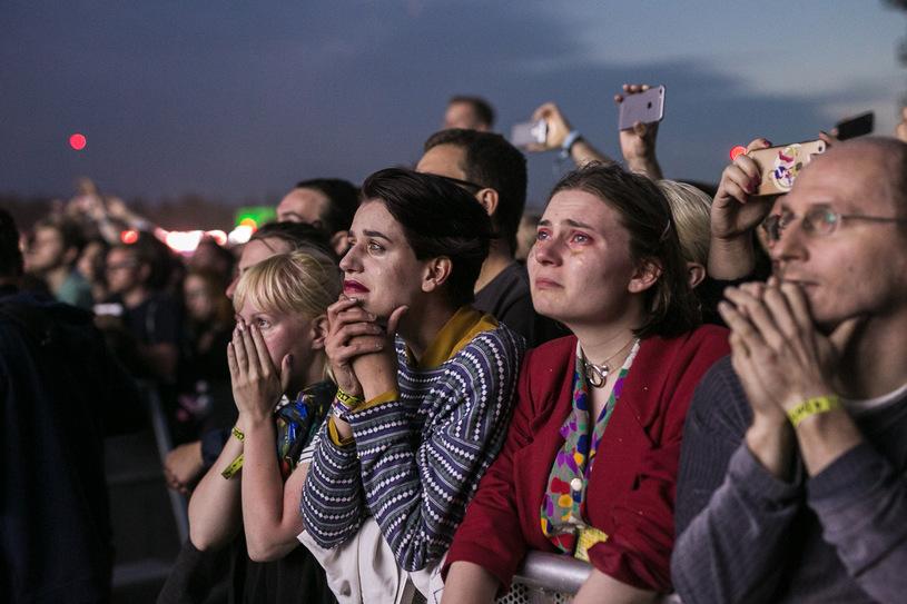 Wszyscy fani muzyki czekali na ten moment - powoli wracają duże koncerty, organizatorzy ogłaszają przyjazd kolejnych gigantów w roku 2022. W wielu przypadkach, zwłaszcza jeśli faktycznie mówimy o artystach z najwyższej półki, nasz entuzjazm trwa tylko do momentu, kiedy nie zerkniemy na rozpiskę cen. Pojawia się pytanie: czemu bilety na koncerty są takie drogie?