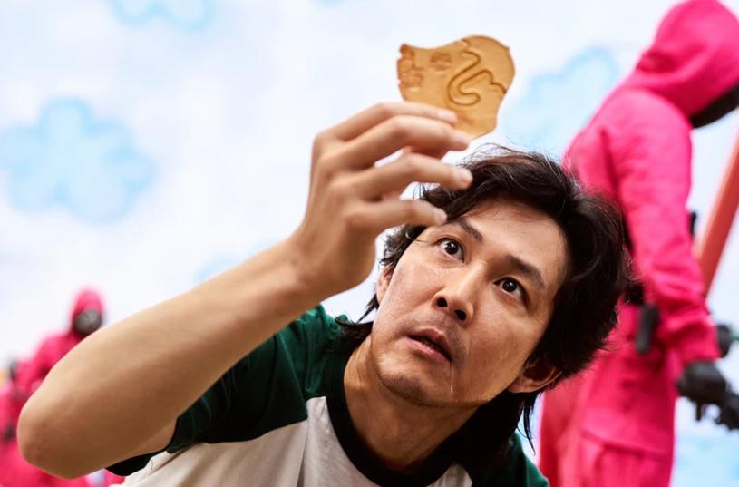 """Serial """"Squid Game"""" stał się światowym fenomenem, ale droga do jego powstania wcale nie była łatwa. Okazuje się, że twórca południowokoreańskiego thrillera wymyślił go już ponad dekadę temu, ale nikt nie chciał zrealizować jego oryginalnego pomysłu. Nic więc dziwnego, że reżyser jest zachowawczy w kwestii drugiego sezonu produkcji. Czy kontynuacja powstanie?"""