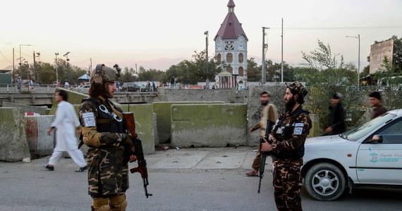"""Talibowie powiesili wczoraj ciała trzech domniemanych przestępców na dźwigach w okręgu Obe w afgańskiej prowincji Herat. To drugi przypadek publicznego eksponowania przez talibów ciał osób oskarżonych o złamanie prawa - podał dziennik """"New York Post""""."""