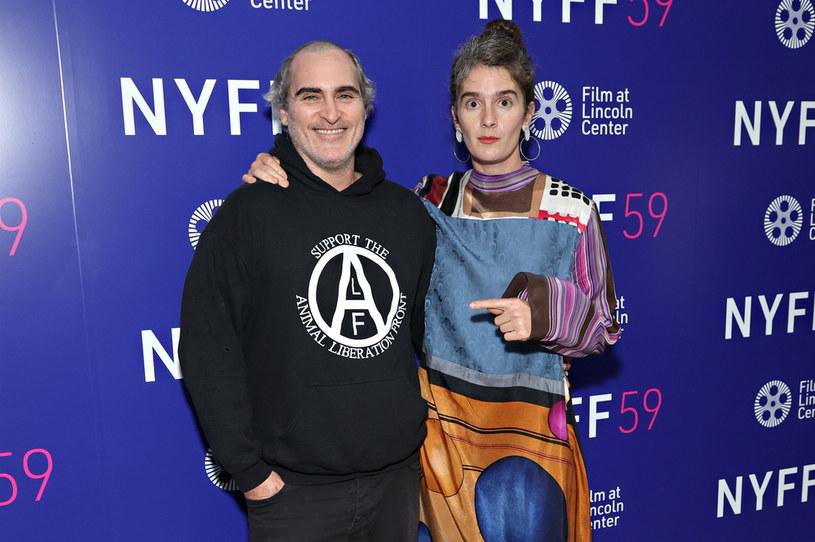 """Laureat Oscara za rolę Jokera pojawił się na Nowojorskim Festiwalu Filmowym w przedziwnej fryzurze – ma wygoloną górę głowy, a jednocześnie długie włosy na skroniach i z tyłu. To dowód na to, że podczas zdjęć do swojego nowego filmu """"Disappointment Blvd."""" nie ograniczył się tylko do rutynowej charakteryzacji."""