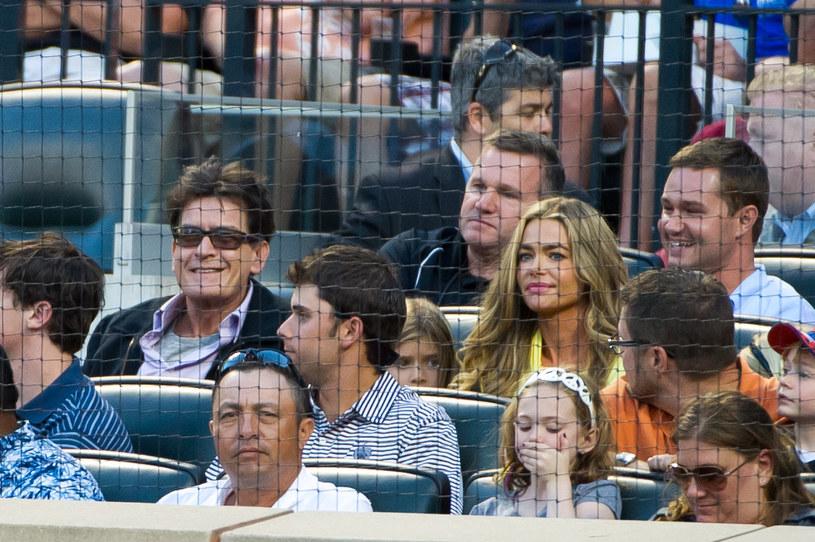 Popularny aktor i jego równie sławna była żona mają dwie córki - 17- letnią Sami i 16-letnią Lolę. Sheen od dwóch lat starał się o zniesienie alimentów, które od czasu rozwodu w 2005 roku płaci Denise Richards. Sąd właśnie poparł jego wniosek.
