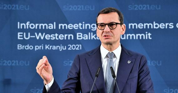 Działania, jakie podejmujemy, by rozwiązać kryzys migracyjny, wywołany przez reżim Alaksandra Łukaszenki na wschodnich granicach UE mają charakter kompleksowy; staramy się chronić nasze granice w duchu konwencji i zobowiązań międzynarodowych - oświadczył w środę premier Mateusz Morawiecki.