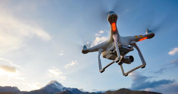 Duży dwusilnikowy dron o wyglądzie małej awionetki zaczął eksperymentalnie dostarczać pocztę pomiędzy Kirkwall a najbardziej wysuniętą na północ wysepką archipelagu Orkadów North Ronaldsay w pobliżu Szkocji - przekazała w środę stacja BBC.