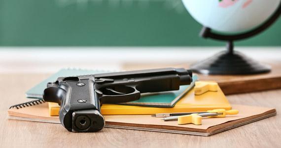 Cztery osoby zostały ranne w środę w wyniku bójki i strzelaniny w szkole średniej w miejscowości Timberview w amerykańskim stanie Teksas - powiadomiła miejscowa policja.
