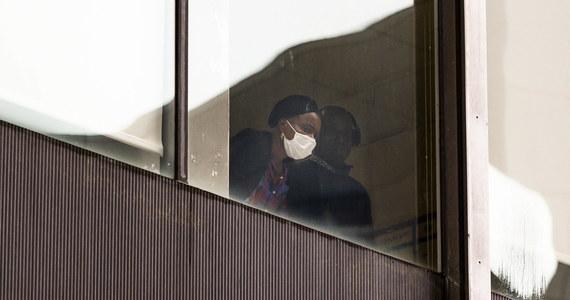 W USA liczba zgonów na Covid-19 w 2021 roku może przewyższyć tę z roku poprzedniego - prognozuje nowojorskie radio 1010 WINS powołując się na statystyki Uniwersytetu Johnsa Hopkinsa i Centrów Kontroli i Zapobiegania Chorobom (CDC). W USA epidemia pochłonęła ponad 700 tys. ofiar.