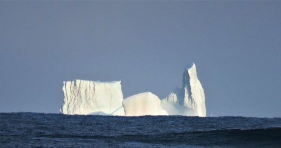 Ogromną górę lodową przypominającą kształtem średniowieczną katedrę zaobserwowali na Morzu Grenlandzkim naukowcy ze stacji badawczej Rif w północno-wschodniej Islandii.